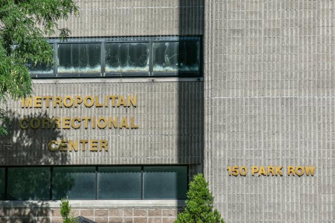 艾普斯坦被监禁在曼哈顿下城的大都会惩教中心特殊牢房内。(Getty Images)