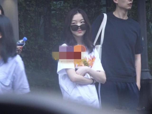 王菲带女儿李嫣外出会友 母女涂同款甲油似姐妹