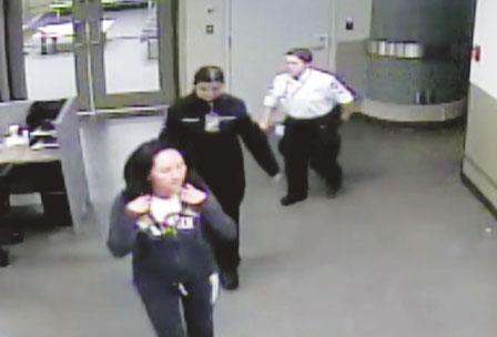 孟晚舟機場被捕視頻曝光 被指犯詐騙罪時神情迷茫