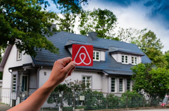 Airbnb幽�`酒店盛行 可加拿大大城市租房越�碓诫y