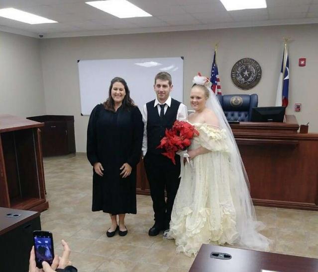 德州一对年轻的新婚夫妇在法院公证结婚,一离开法院便遇死亡车祸。翻摄KFDM
