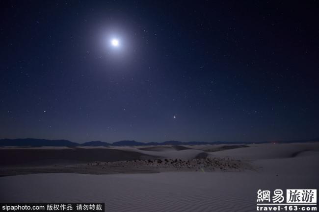 自然奇迹:美国白沙国家公园上的日升月落