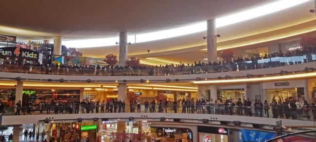 列治文时代坊商场:华人合唱《愿荣光归香港》