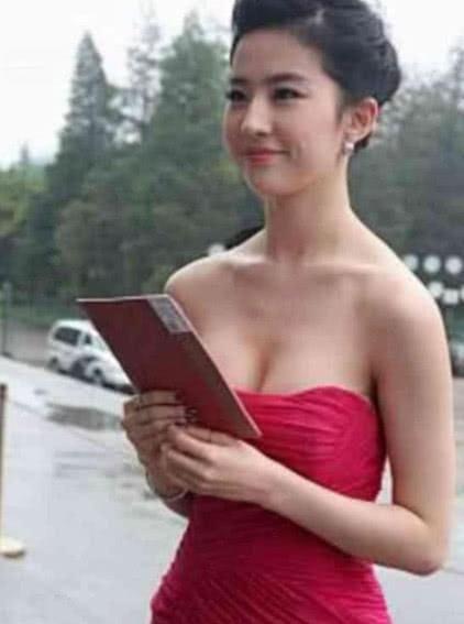 刘亦菲换风格了:紧身裙简直勾魂 身材暴击