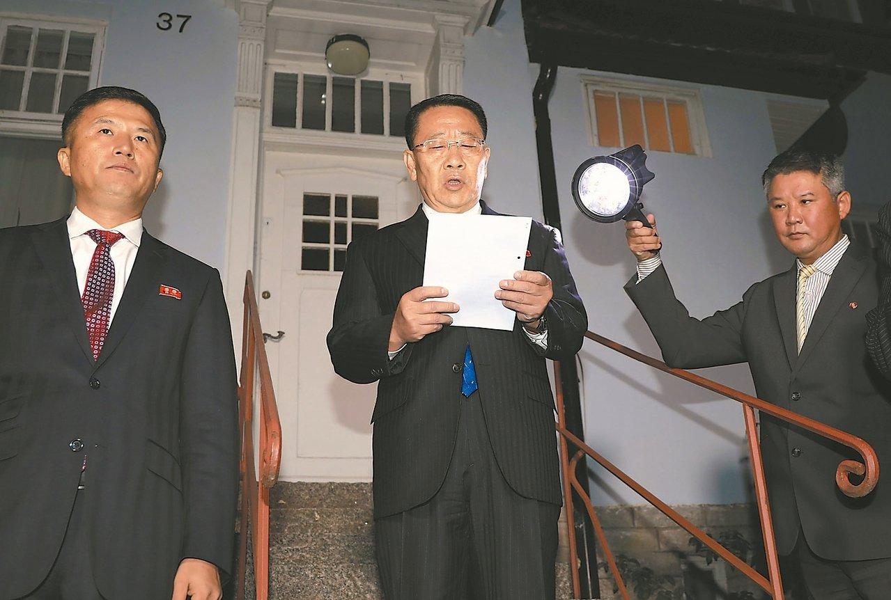 北�n首席�判代表金明吉(中)五日在���後宣布�判破局。 (路透)
