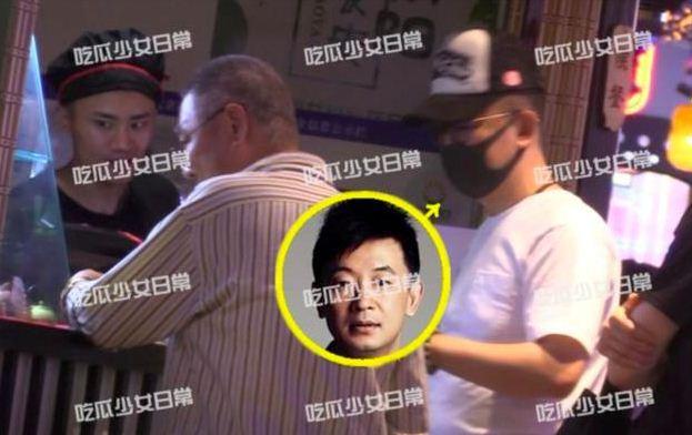 网友偶遇黄海波带父逛街 居住的高档别墅被曝光
