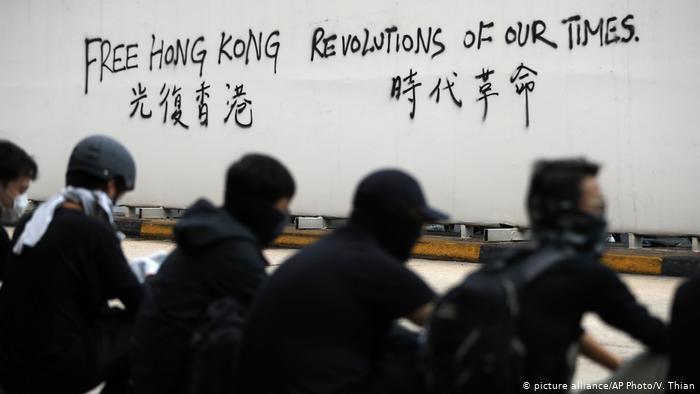 Hongkong Anti-Regierungsproteste - Graffitiaufschrift Free Hong Kong Revolutions of our Times (picture alliance/AP Photo/V. Thian)