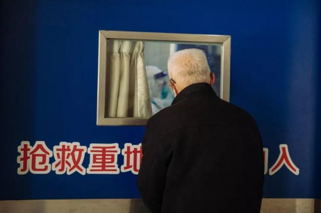 武汉大学中南医院 白发苍苍的爷爷看老伴儿.jpg