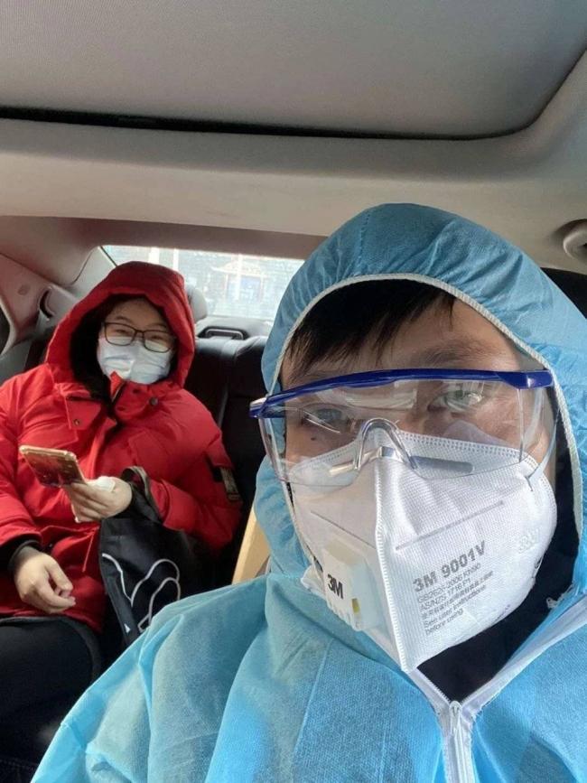武汉123救援队队长黄晓民接了一位刚值完24小时班的护士.jpg